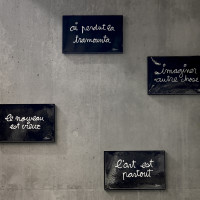 « Tableaux Aphorismes »  et calligraphie du nom des stations figurant dans les abris voyageurs - Ben