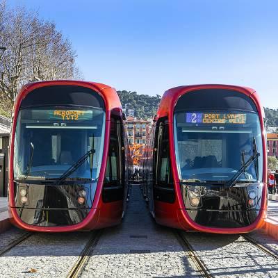 Deux rames de tramway en gare à la station du port